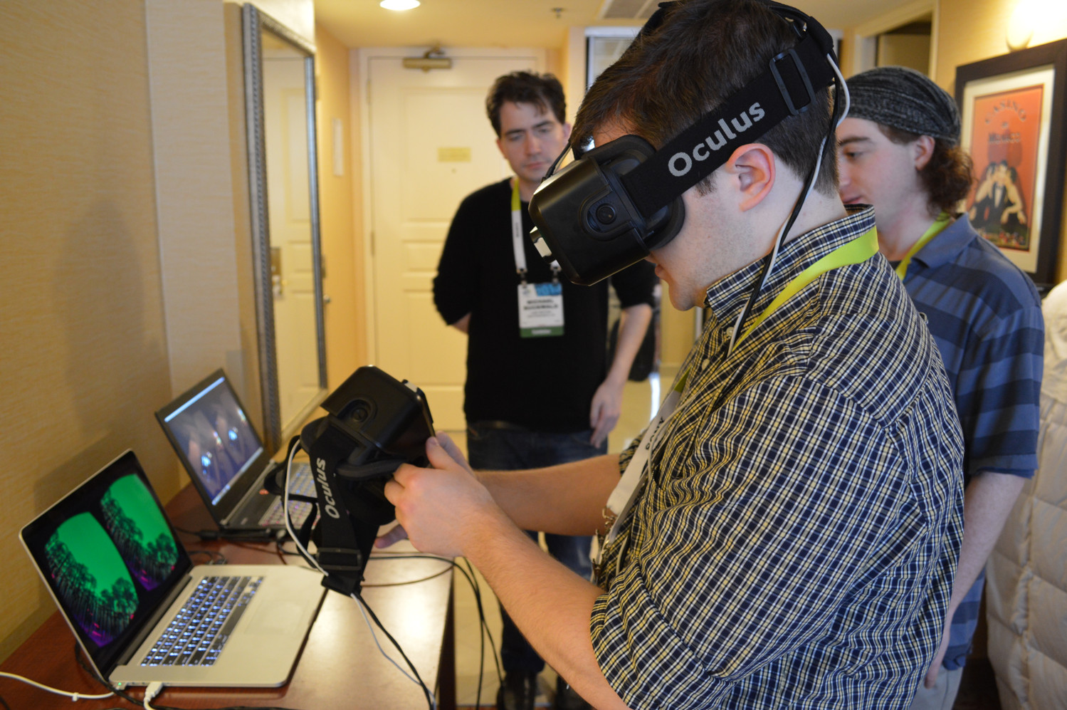 leap motion dragonfly ces 2015 interview (1)Leap Motion VR Developer Mount on HMDleap motion dragonfly ces 2015 interview (2)