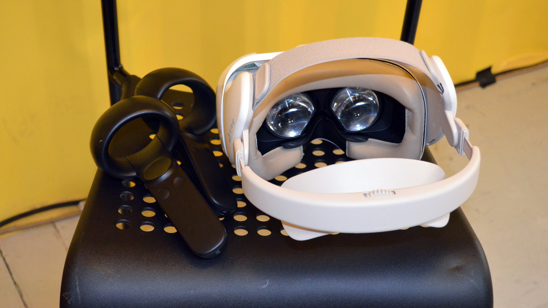 Hands-on: Vive Focus 6DOF Controller Dev Kit – Road to VR